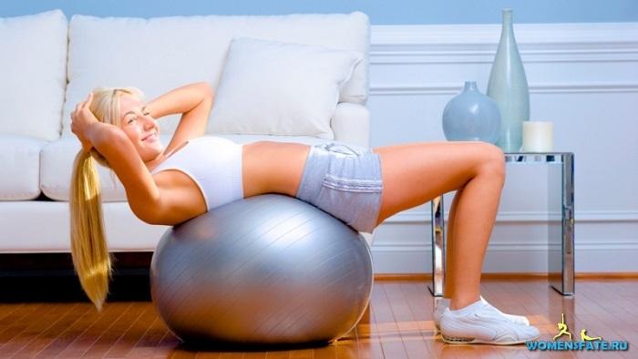 скручивание на мяче для фитнеса