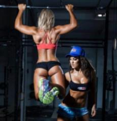девушки занимаются спортом