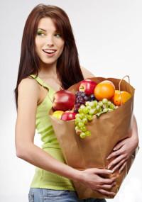 девушка с пакетом фруктов