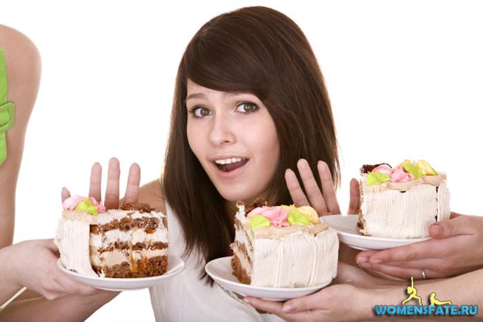 девушка отказывается от сладкого