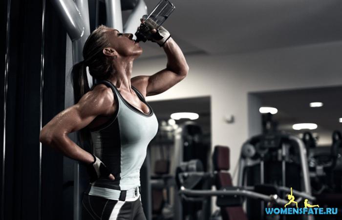 девушка пьет спортивное питание