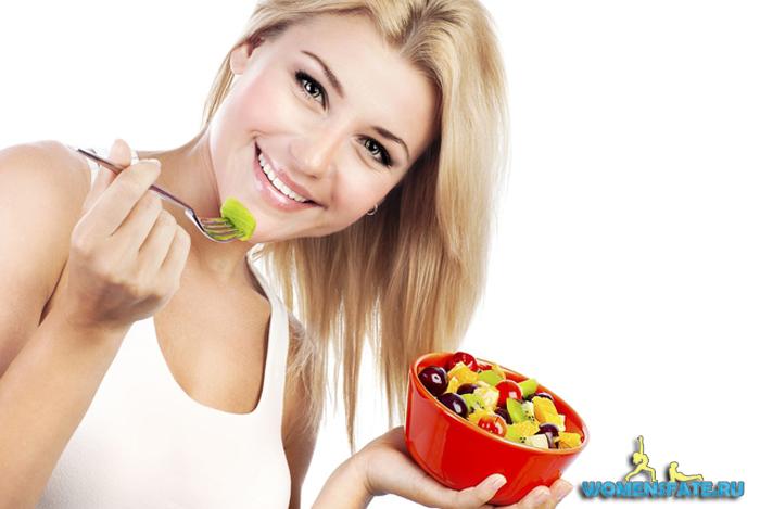 деушка кушает овощи