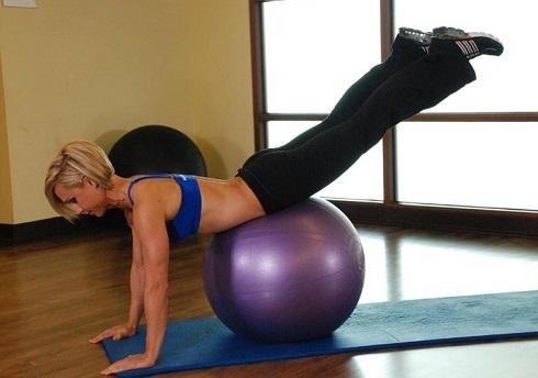 Растяжка грудных мышц лежа на фитболе