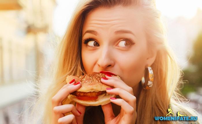 девушка много кушает
