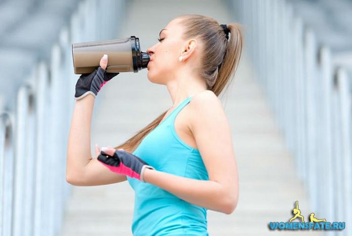 пьет протеин девушка