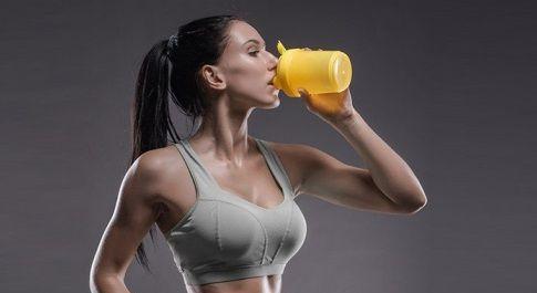девушка пьет спортпит
